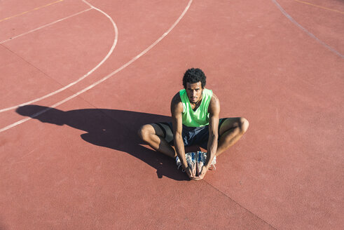 Young basketball player stretching leg - FMOF00344