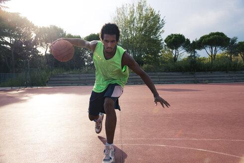 Young man playing basketball - FMOF00350