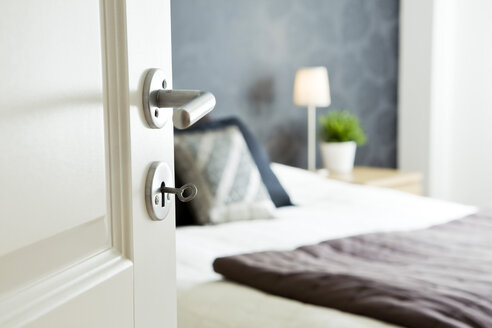 Open bedroom door with key - MASF06145