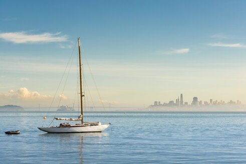 USA, California, San Francisco, Sailing boat and skyline - MKFF00350