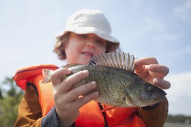 Girl (6-7) with fish - MASF06742