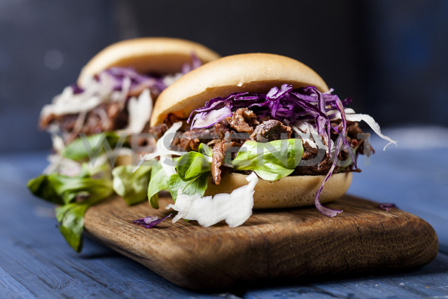 Vegan jackfruit jurger with red cabbage, white cabbage, lamb's lettuce - SBDF03530