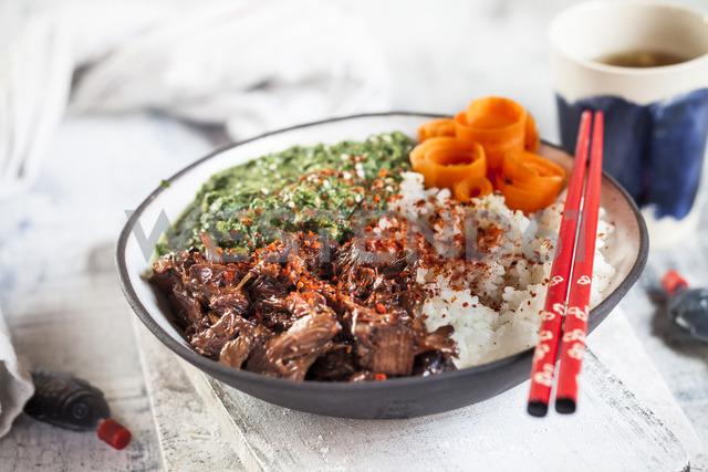 Vegan teriyaki bowl with pulled teriyaki beef made from jackfruit, spinach, rice and carrots - SBDF03533