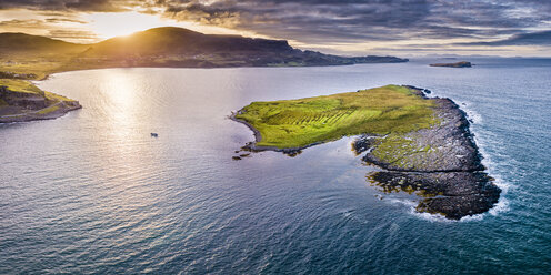 United Kingdom, Scotland, Northwest Highlands, Isle of Skye, Staffin Bay at sunset - STS01498