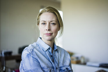 Portrait of blond businesswoman wearing denim shirt - MOEF01064