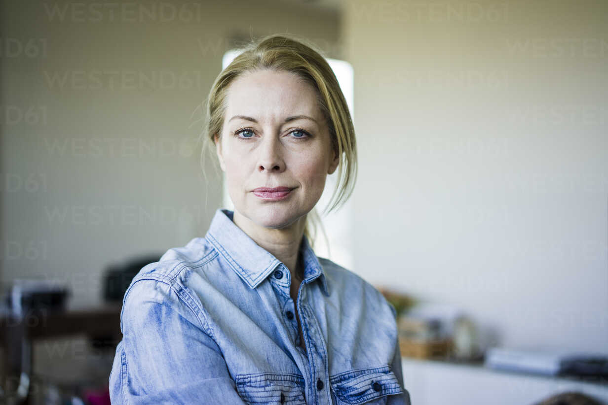 Portrait of blond businesswoman wearing denim shirt - MOEF01064 - Robijn Page/Westend61