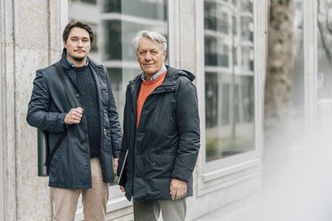 Portrait of young man and senior man in the city - GUSF00643