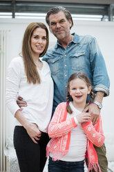 Portrait of happy family - MOEF01092