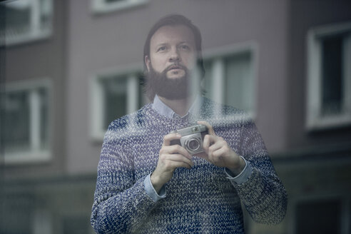Man with beard taking pictures with old camera - FLLF00002