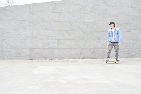 Young man skateboarding in the city - FMOF00365