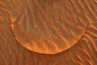 United Arab Emirates, Rub' al Khali, desert sand and ripple marks and dried blade of grass - ESF01573