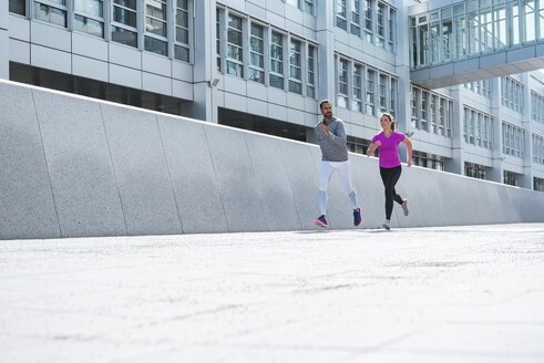 Couple running in the city - DIGF04048