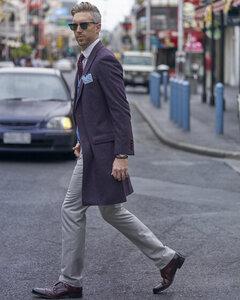 Portrait of fashion blogger Steve Tilbrook walking in the city - BEF00018