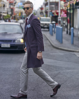 Portrait of fashion blogger Steve Tilbrook walking in the city - BEF00018