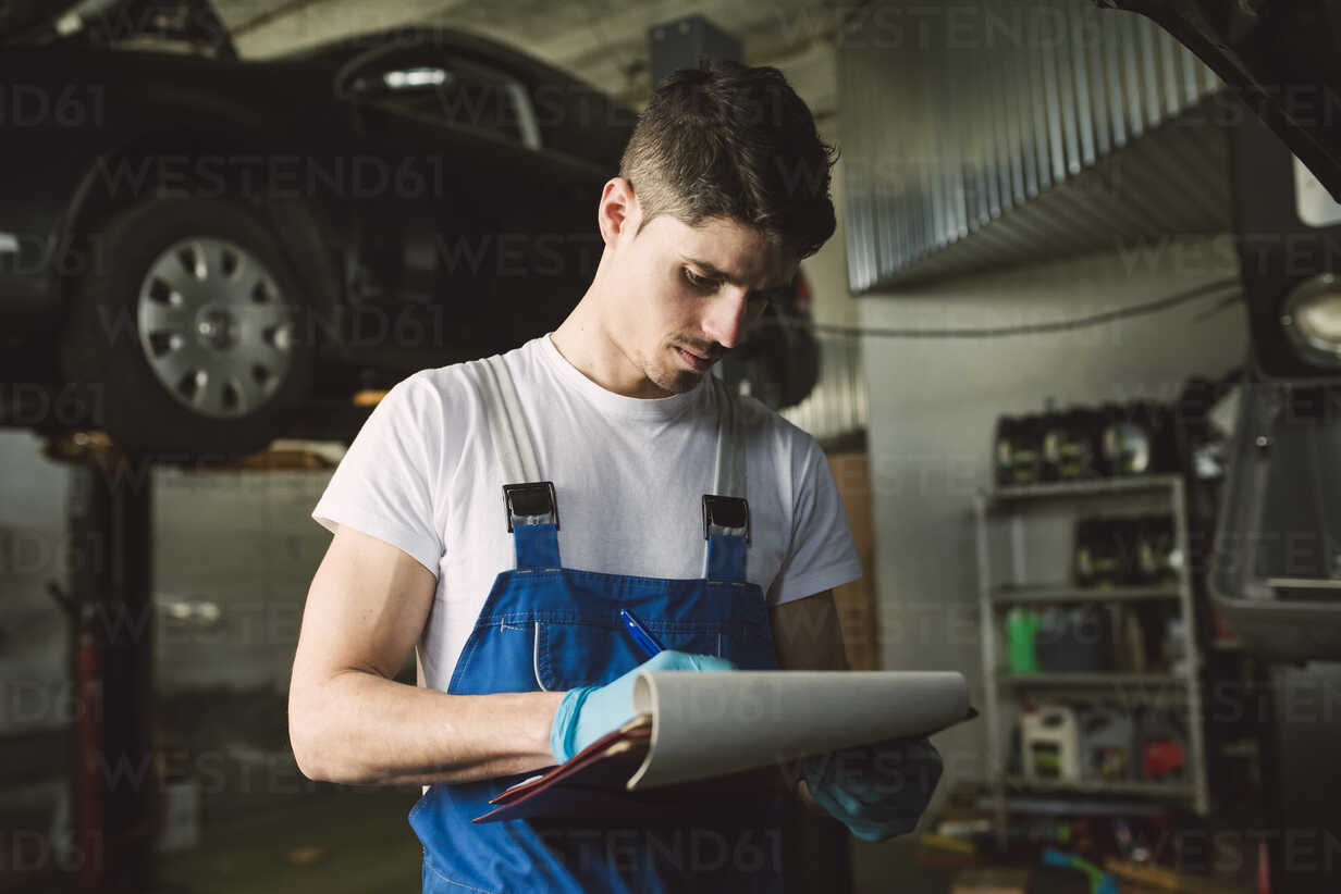 Mechanic with clipboard and checklist in his workshop - RAEF02022 - Ramon Espelt/Westend61