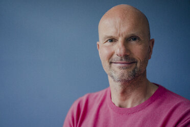 Portrait of smiling mature man wearing pink pullover - KNSF03831