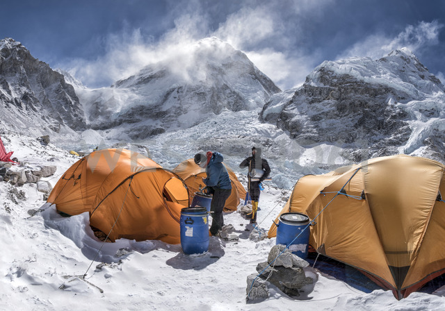 Nepal, Solo Khumbu, Everest Base Camp, Two mountaineers preparing tents - ALRF01051 - Alun Richardson/Westend61