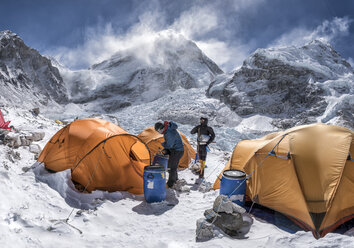 Nepal, Solo Khumbu, Everest Base Camp, Two mountaineers preparing tents - ALRF01051