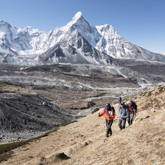 Nepal, Solo Khumbu, Everest, Group of mountaineers at Chukkung Ri - ALRF01075