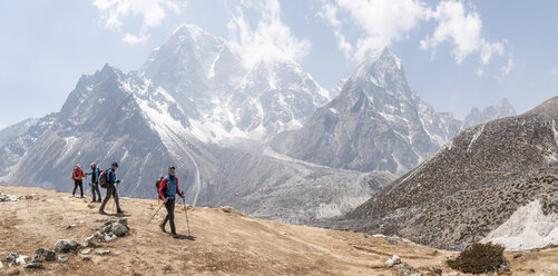 Nepal, Solo Khumbu, Everest, Group of mounaineers hiking at Dingboche - ALRF01090