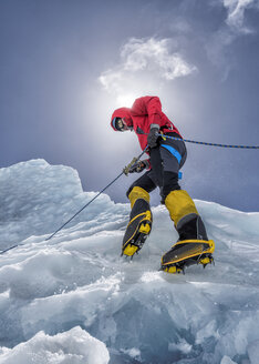 Nepal, Solo Khumbu, Everest, Mountaineers climbing on icefall - ALRF01111
