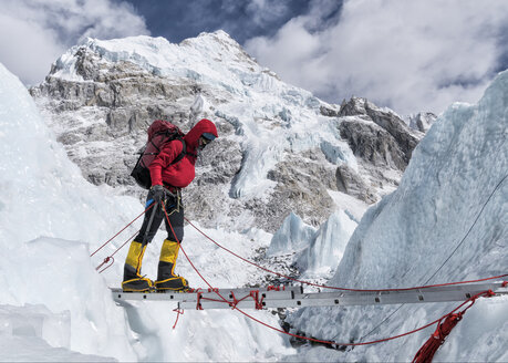 Nepal, Solo Khumbu, Everest, Mountaineers climbing on icefall - ALRF01114