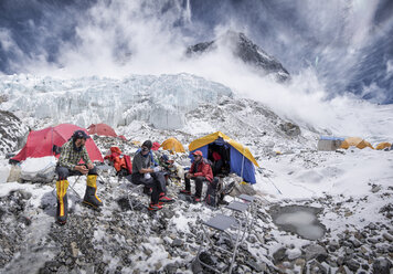 Nepal, Solo Khumbu, Everest, Western Cwm, Mountaineers sitting in Camp - ALRF01159