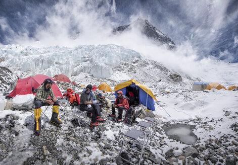 Nepal, Solo Khumbu, Everest, Western Cwm, Mountaineers sitting in Camp - ALRF01159