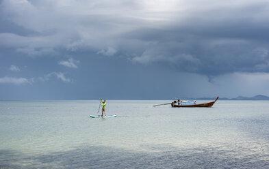 Thailand, Krabi, Lao Liang, man on SUP Board in the ocean - ALRF01162