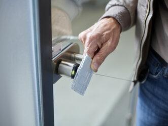 Business Shooting (mit Releases) Männliche Hand mit Zugangskarte für Büro, Wattens, Tirol, Austria - CVF00365