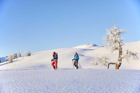 Austria, Tyrol, couple snowshoeing - CVF00412