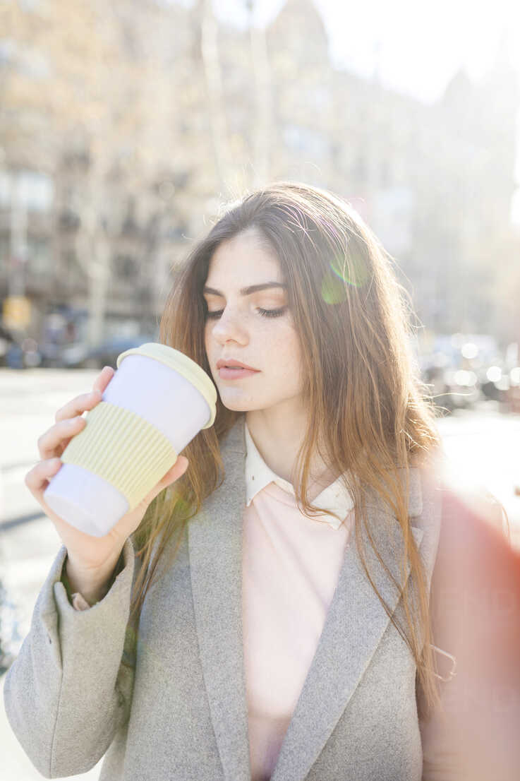 Spain, Barcelona, portrait of young woman drinking coffee to go - VABF01560 - Valentina Barreto/Westend61