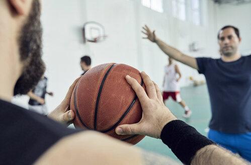 Man with basketball, indoor - ZEDF01351
