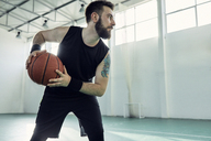 Man playing basketball - ZEDF01357