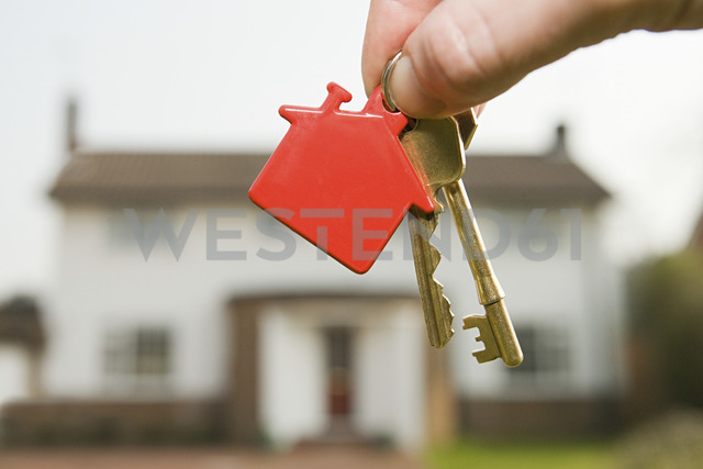 Person holding house keys - ISF00128 - Simon Battensby/Westend61
