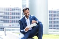 Business man using tablet - DIGF04197