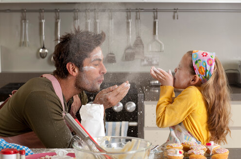 Father and daughter cooking - CUF01249