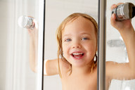 Girl popping out of the shower - CUF01471