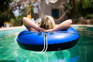 A woman in a swimming pool - CUF01543