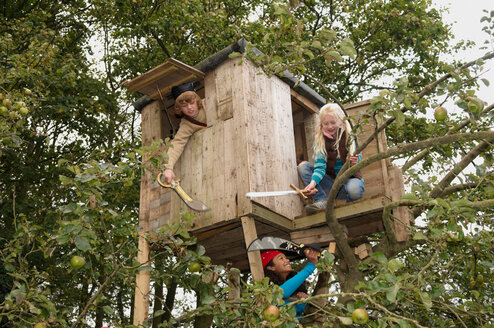 Children playing in treehouse - CUF01546