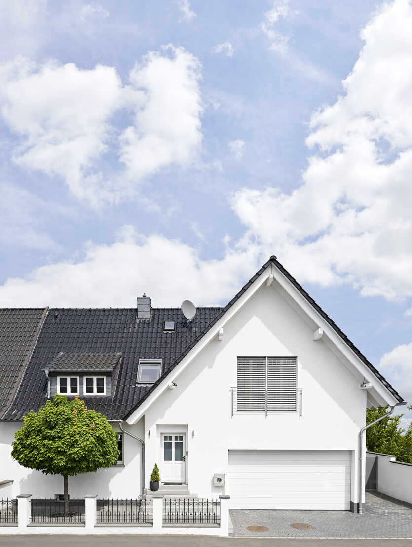 Germany, Cologne, white new built one-family house - PDF01627 - Philipp Dimitri/Westend61