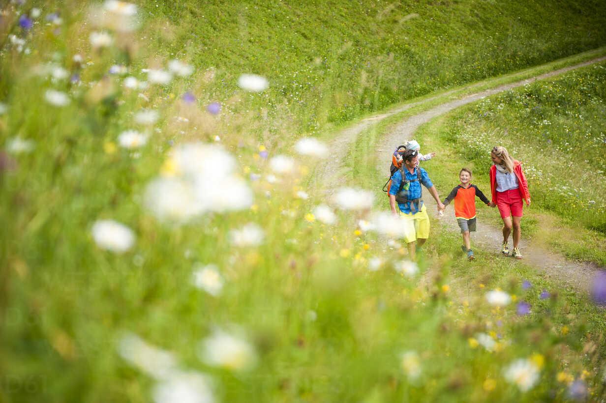 Family hiking in rural landscape - HHF05540 - Hans Huber/Westend61