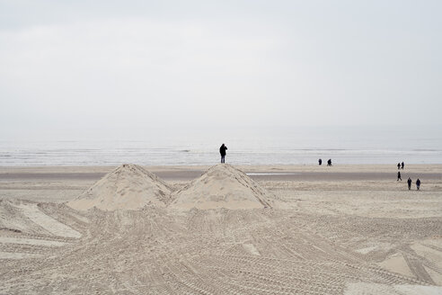 Netherlands, people on the beach - MMIF00047