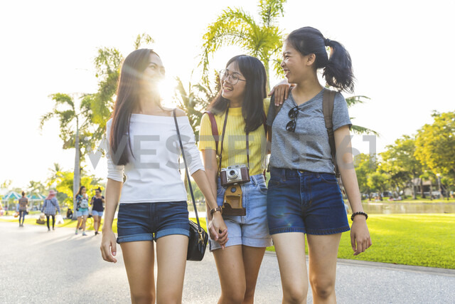 Friends walking and sightseeing in park, Bangkok, Thailand - CUF02584