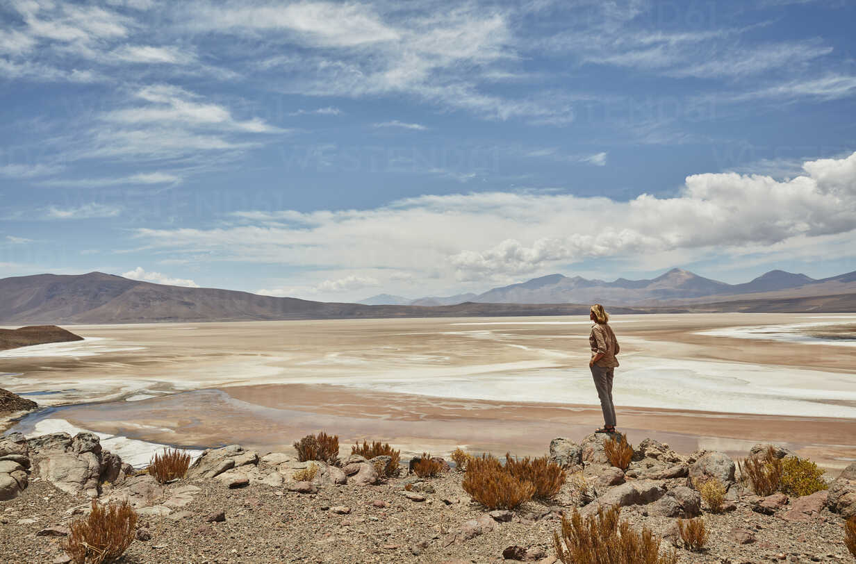 Woman standing, looking at view, Salar de Chiguana, Chiguana, Potosi, Bolivia, South America - CUF02623 - Stephen Lux/Westend61