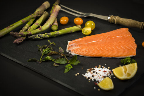 Row salmon and green asparagus - MAEF12585