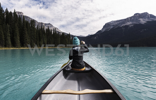 Young woman canoeing, rear view, Emerald Lake, Yoho National Park, Canada - CUF03819 - Helbert Ruiz/Westend61