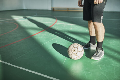Close-up of indoor soccer player with ball - ZEDF01421