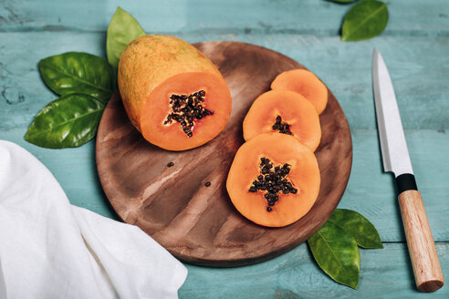 Sliced papaya on chopping board - RTBF01269