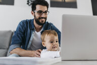 Father and daughter using laptop at home - JRFF01652